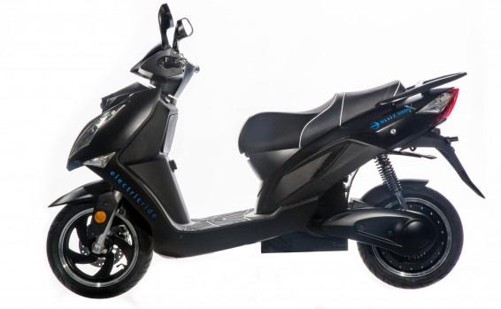 קטנוע בליץ חשמלי שמחליף סוללות