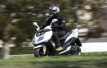 בליץ מוטורס תכפיל טווחי נסיעה בקטנועים החשמליים: תרכוש סוללות מאולטרא-צ'ראג'